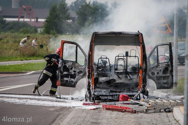 Foto: Dostawczy peugeot spłonął w środku dnia