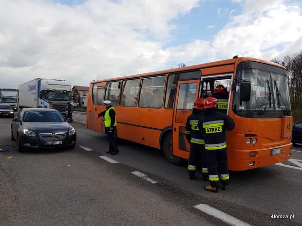 Foto: Ciężarówka uderzyła w tył autobusu z dziećmi