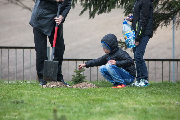 Foto: Prezydent chwycił za szpadel i posadził krzewy i drzewka
