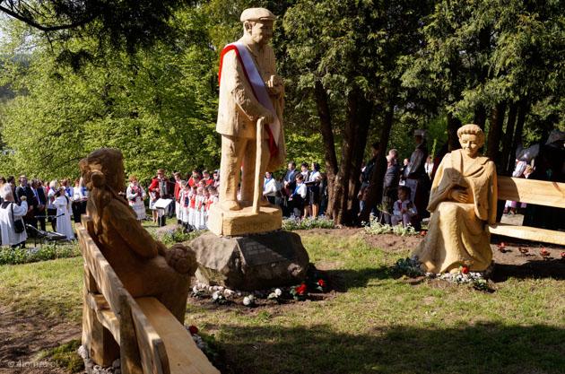 Foto: Adam Chętnik patrzy z pomnika na swoje żony w skansenie