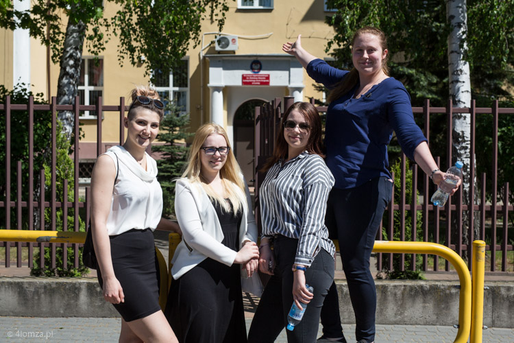 Foto: All over the world po trudnej maturze w III LO w Łomży