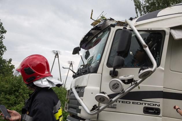 Foto: Drzewo przewróciło się na ciężarówkę