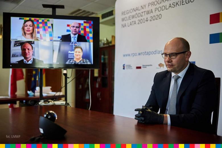 """Foto: Marszałek województwa: """"Korzystajcie z tego. To są pieniądze da Was""""."""