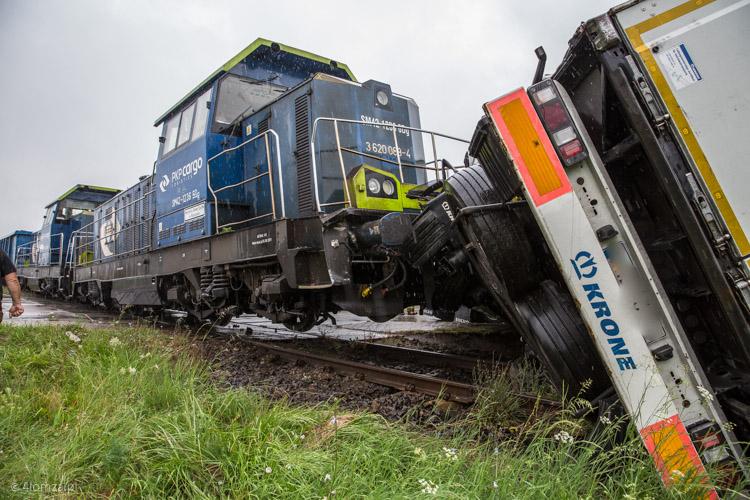Foto: Pociąg staranował TIR-a w Łomży