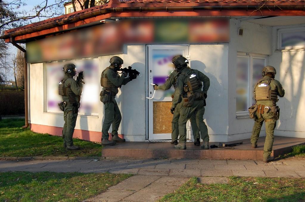 Foto: Łomżyńska KAS zabezpieczyła w Ostrołęce nielegalne automaty do gier i miotacze gazu