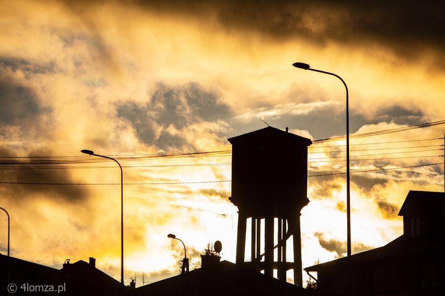 Foto: Dzielny policjant na dachu wieży ciśnień