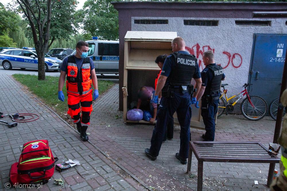 Foto: Założył się i wszedł do kontenera na odzież - w wyjściu pomogli mu strażacy