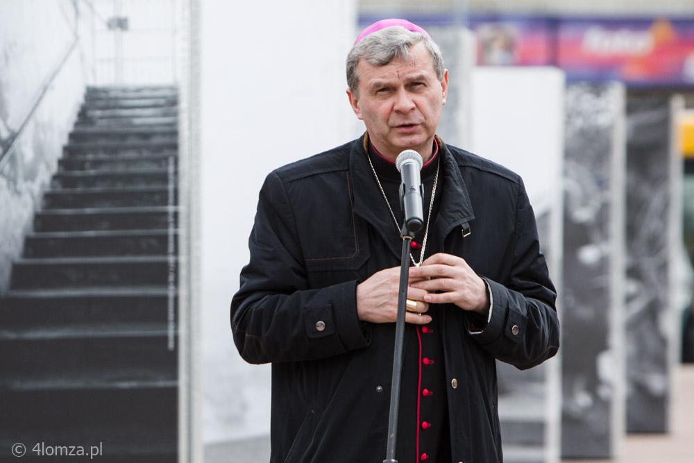 Foto: O uzależnieniach i abstynencji pisze bp Tadeusz Bronakowski